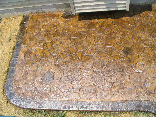 Acid stained boarder on a Random Stone patio in Pickerington, Ohio